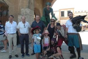 En la foto aparecen de izquierda a derecha Laurent Bruloy (presidente de Looping group), Guillermo Cruz (director del parque), la familia agraciada con sus dos niños, todos ellos rodeados por los actores del parque caracterizados para la ocasión.