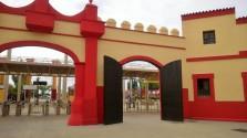 Nuevos colores del portón de acceso al parque con un rojo excesivamente llamativo