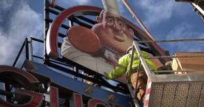 Colocación del cartel del Restaurante Gusteau's